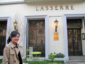 The Lasserre (on rue F.D Roosevelt) is a 2 storey small building. You enter, take off you coat and are herded upstair to the dining area in a lift sized about 3ft by 4 ft and a 7 ft ceiling.